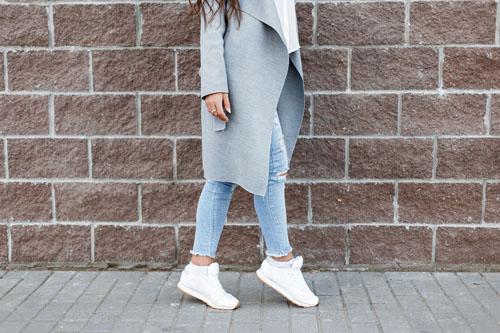 Buty sportowe przed i za kostkę dla kobiet – z czym je nosić