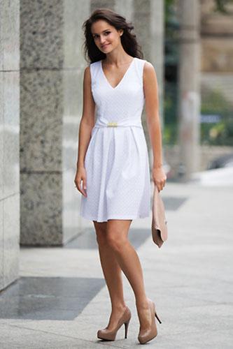 f9f784c85b Jakie dodatki wybrać do białej sukienki  - Sukienki